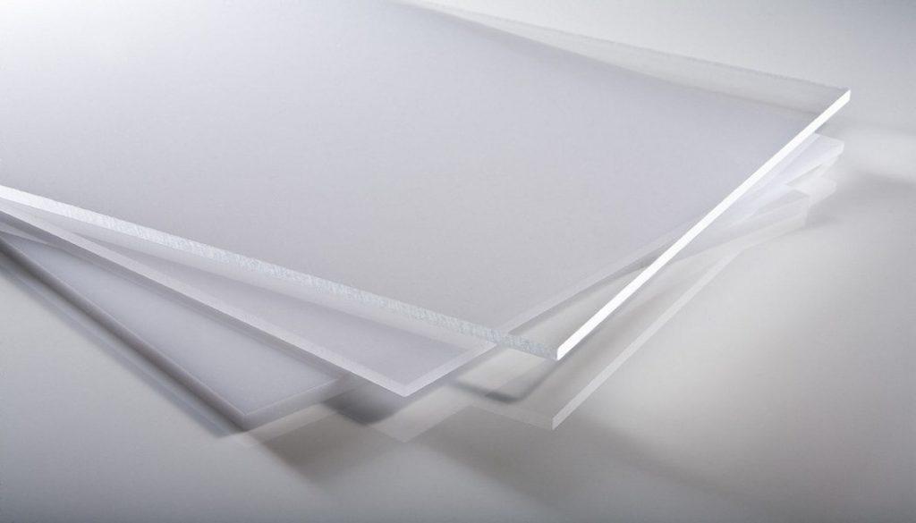 Порезка пластика на гильотине фото